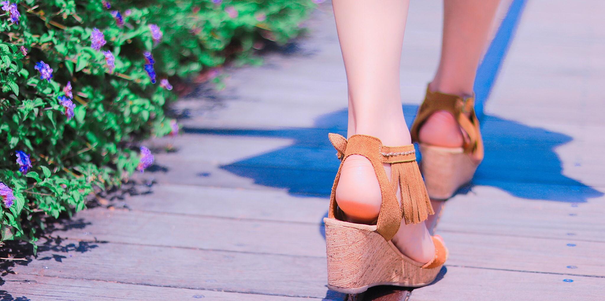 ほぐし処とりっぷまでの行き方歩いている女性の足画像