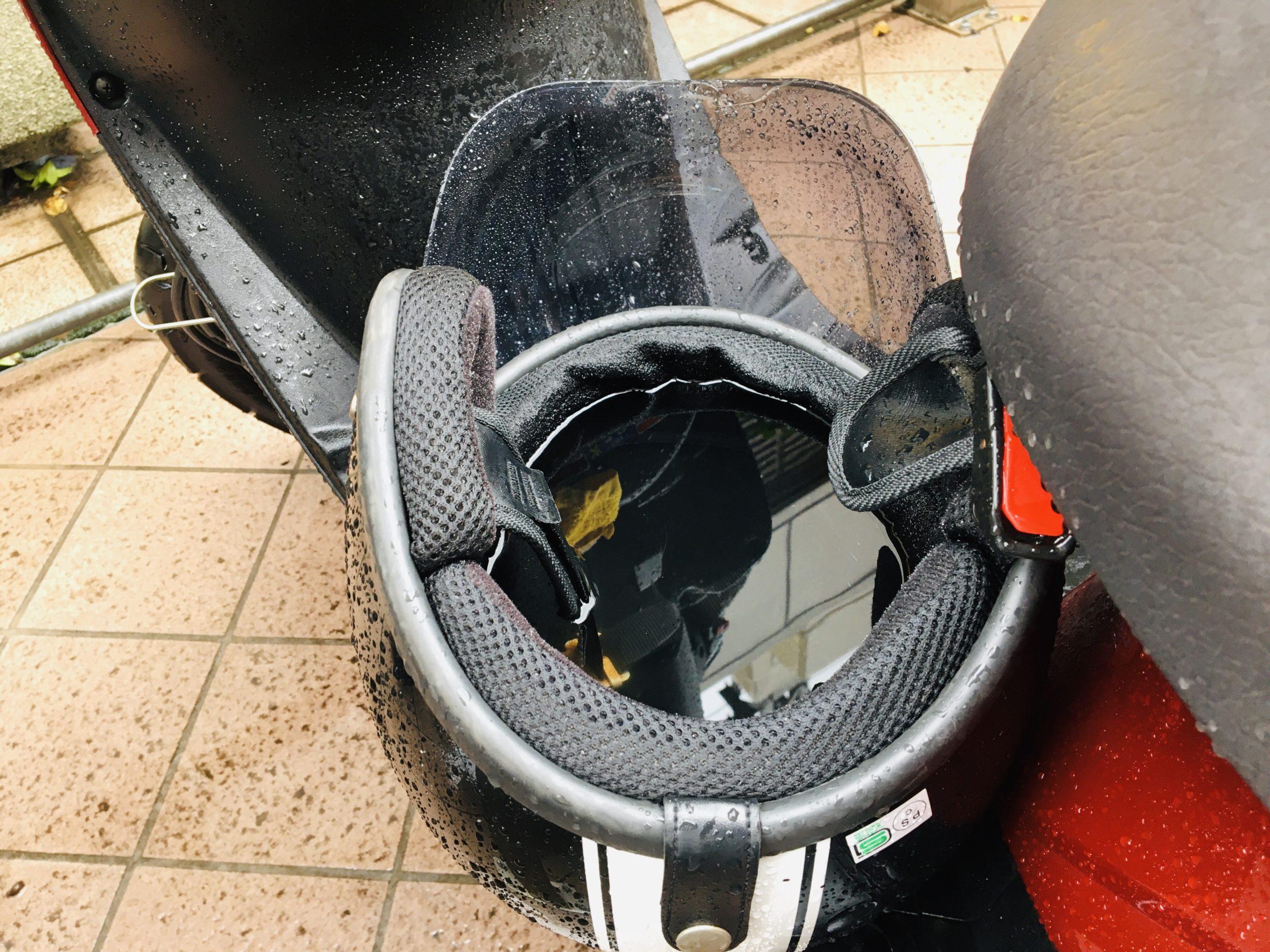 水が溜まってしまったヘルメットの写真