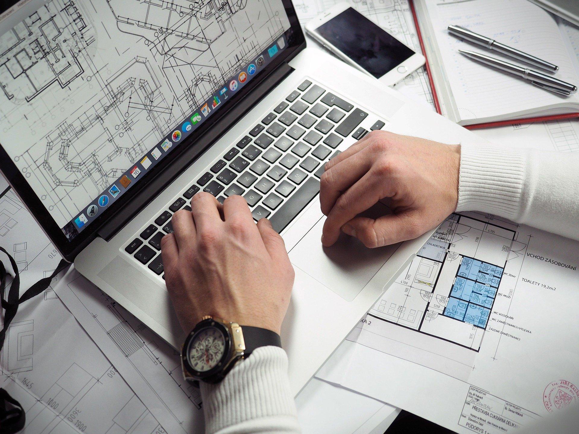 ほぐし処とりっぷのパソコン作業をしている男性のイメージ写真