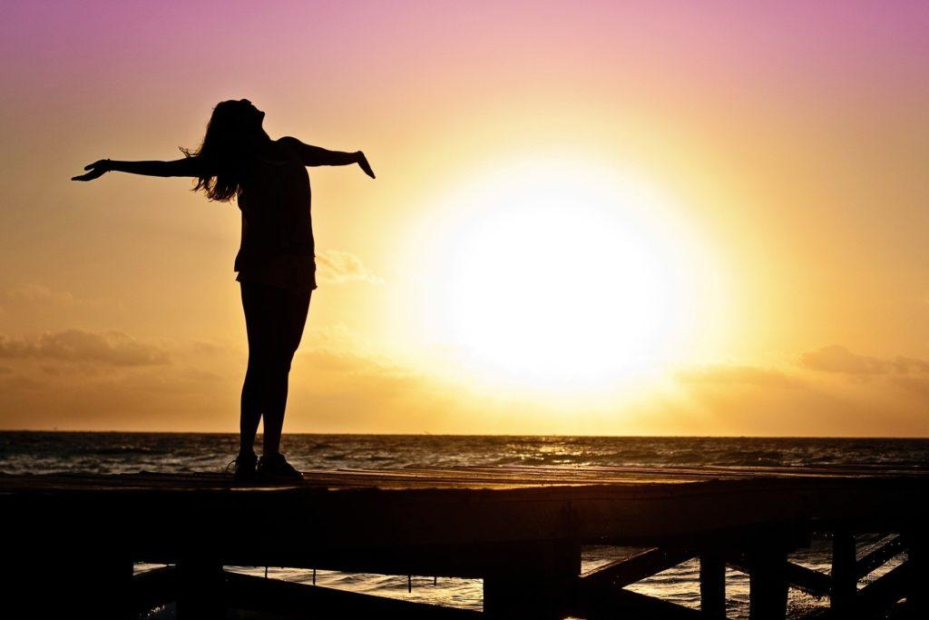 朝活で日の出とともに深呼吸して気持ちよさそうな写真