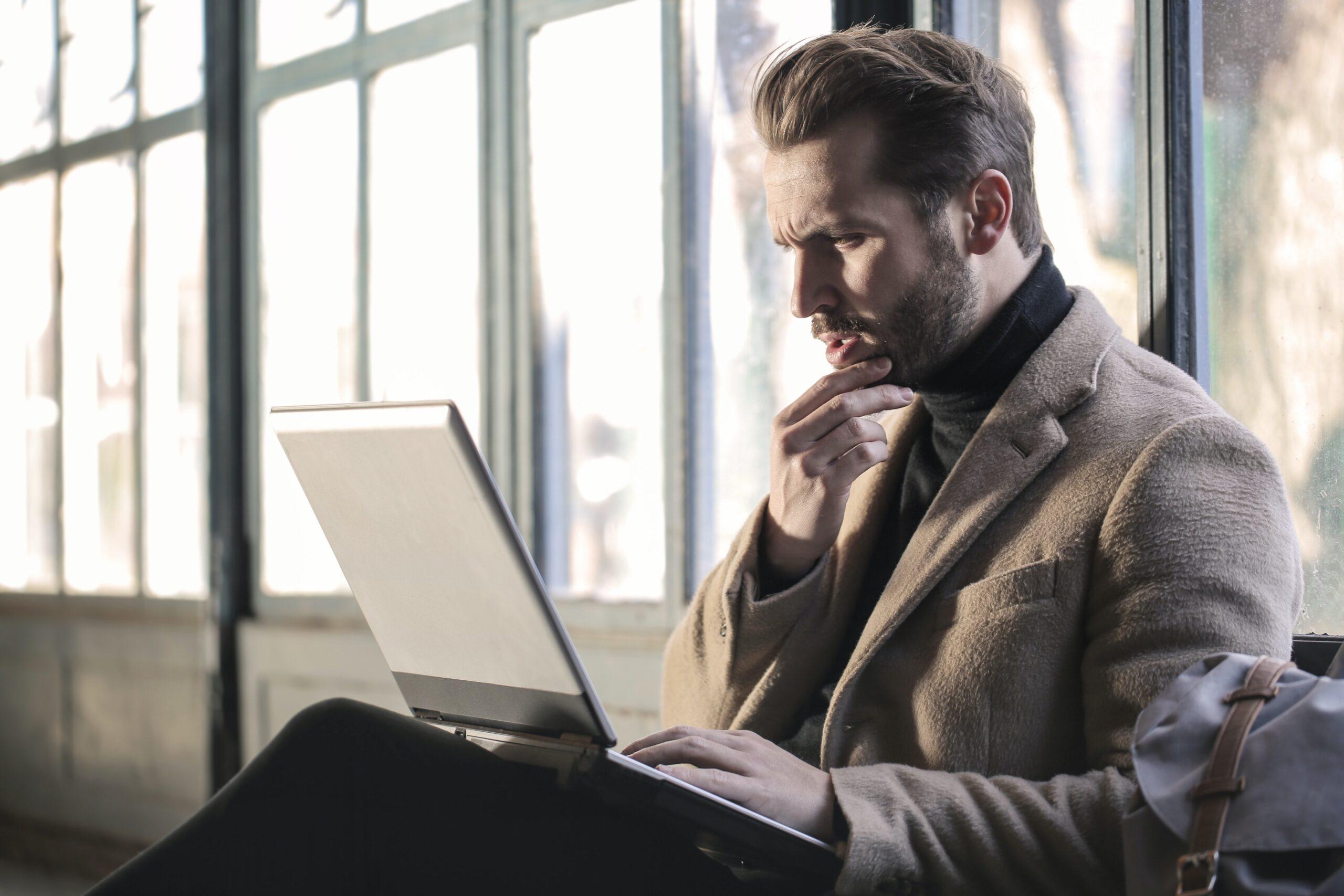 PC作業をする男性の写真