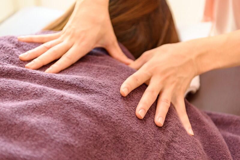 マッサージをする女性の手元の写真